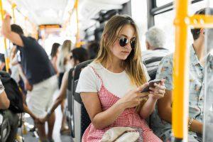 uso de smartphone en autobus publico